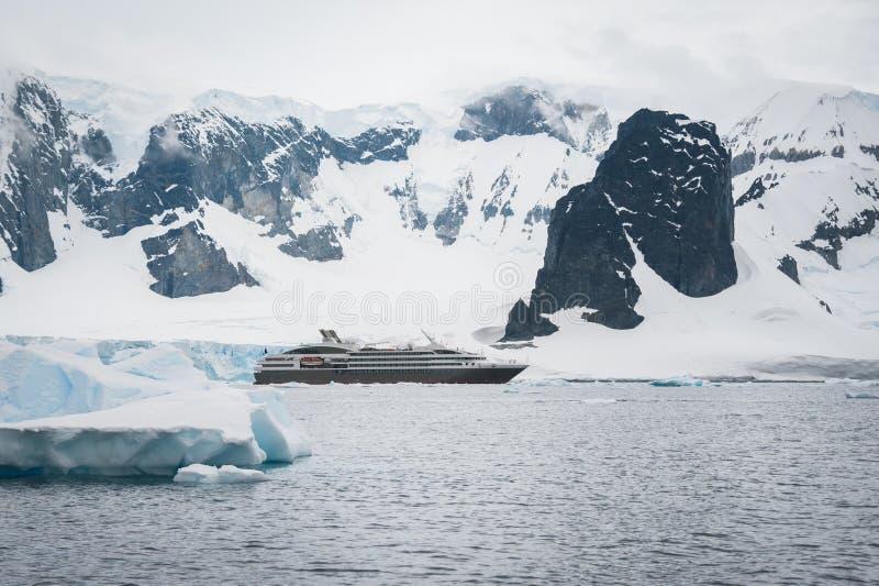 Belle montagne e nave da crociera immagine stock libera da diritti