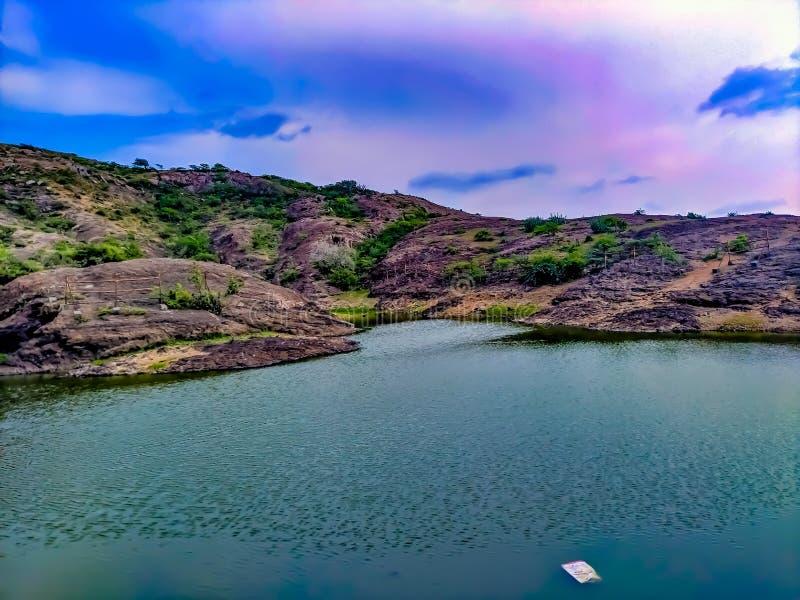 Belle montagne et lac célèbre de montagne photo stock