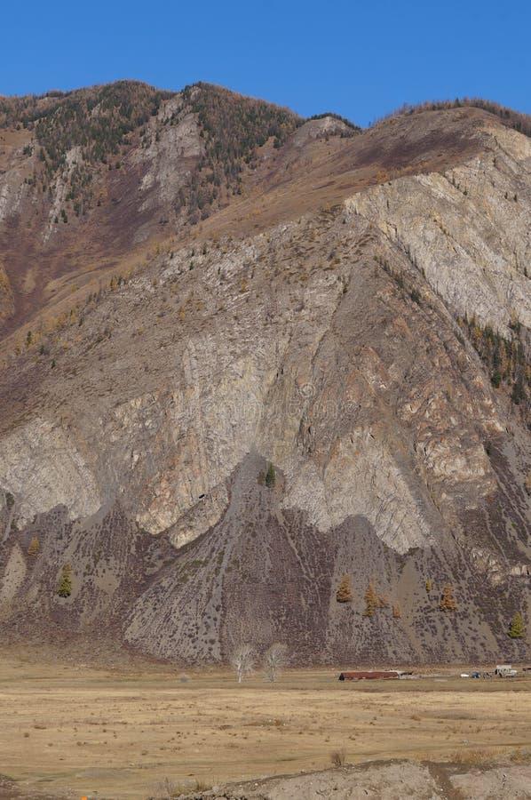 Belle montagne près du confluent des rivières de Chuya et de Katun images libres de droits