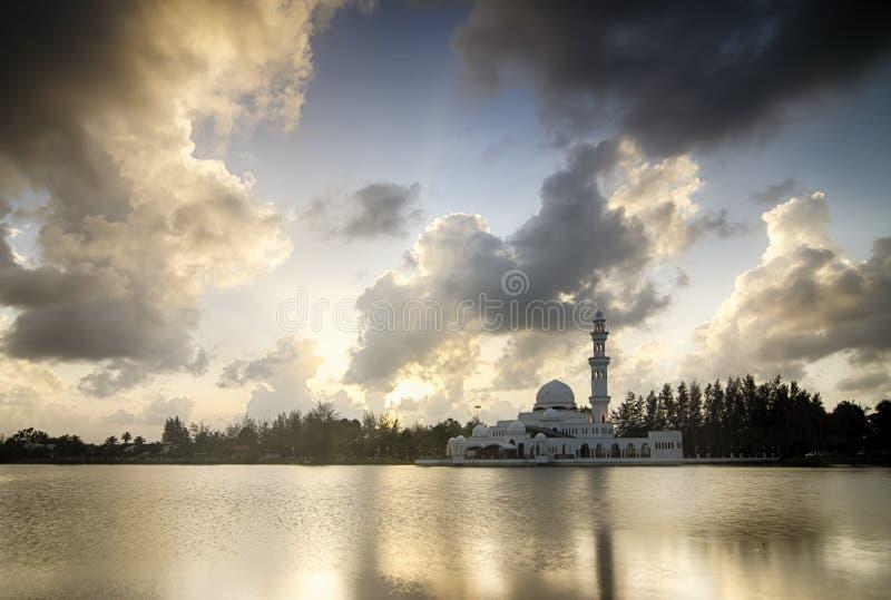 Belle mosquée blanche près du bord de lac pendant le coucher du soleil nuage mou et réflexion images libres de droits