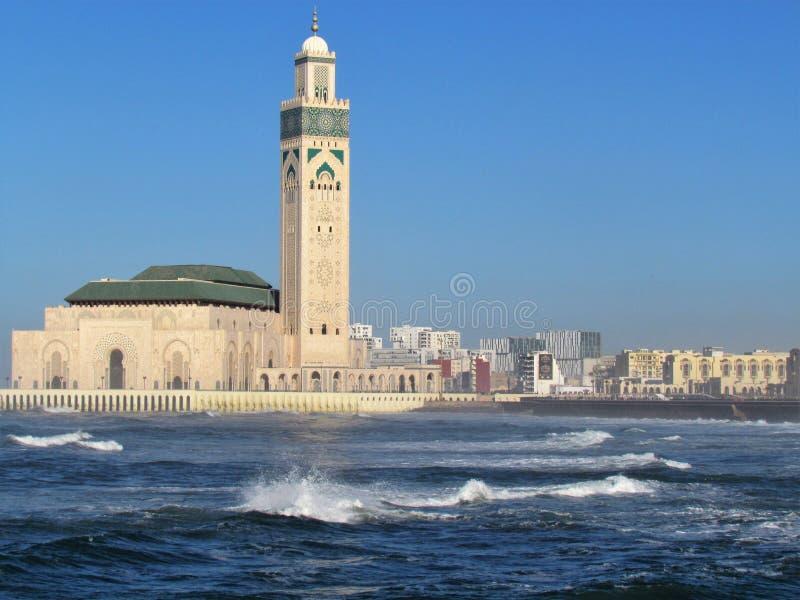 Belle mosquée Hassan II un chef d'oeuvre architectural faisant face à la lumière du soleil photographie stock