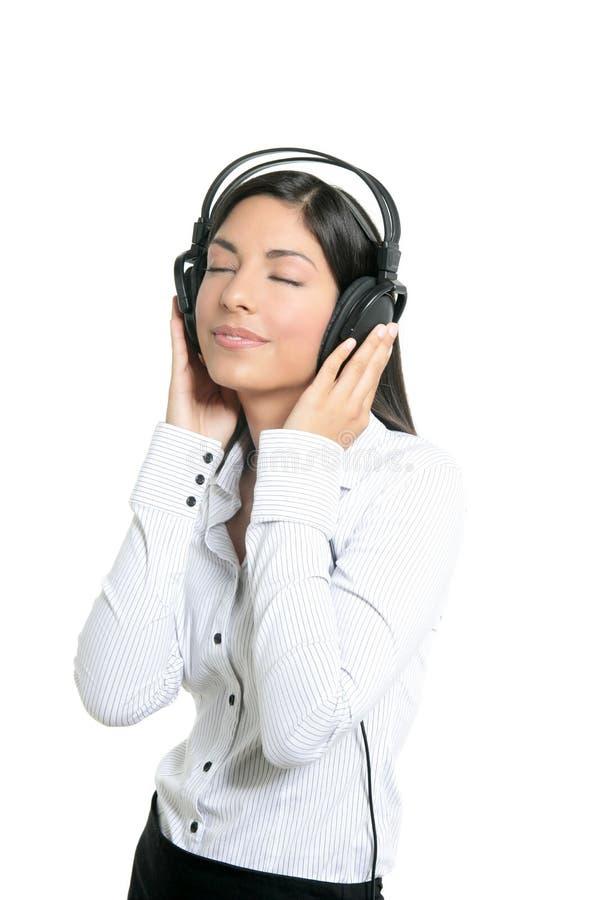 Belle musique d'audition de femme d'affaires de brunette photographie stock libre de droits