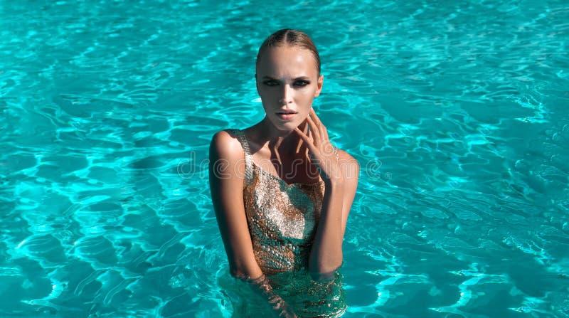 Belle natation de fille images libres de droits