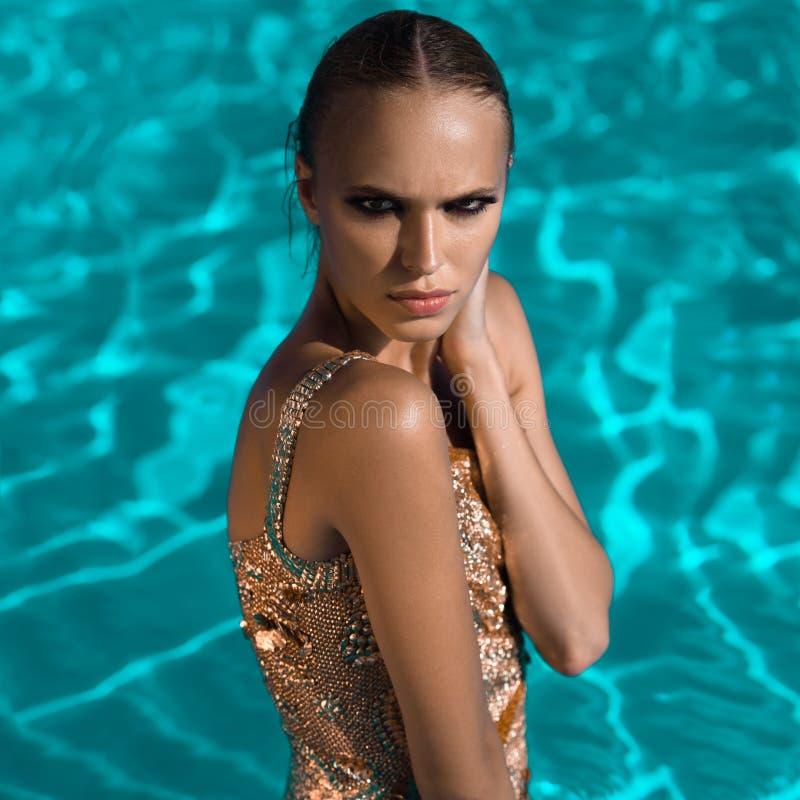 Belle natation de fille image stock