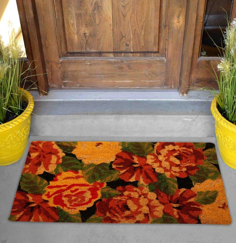 Belle natte colorée de zute de Rose Flower Printed Welcome en dehors de maison avec les fleurs et les feuilles jaunes photographie stock