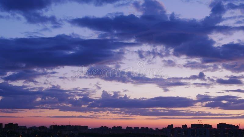 Belle nature Ciel de coucher du soleil et nuages pourpres au temps crépusculaire image libre de droits