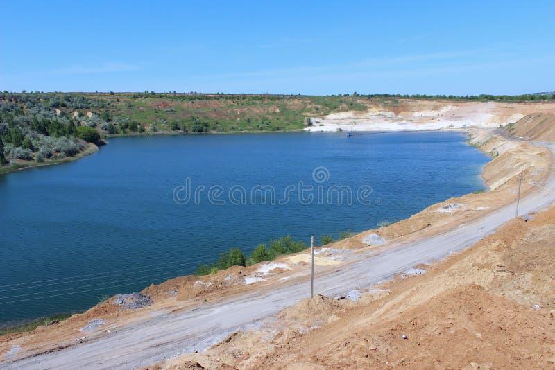 Belle nature, concept de voyage Fond de paysage Lac bleu, carrière, vue supérieure images stock