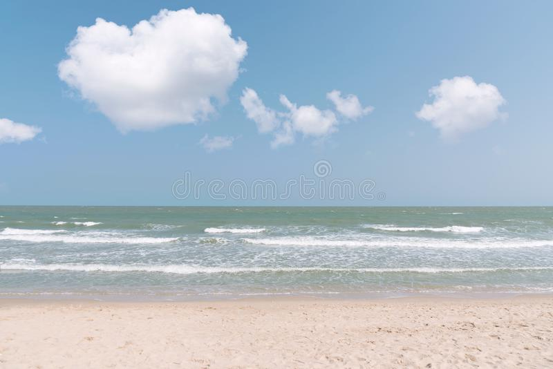 Belle nature de l'eau La station estivale parfaite pour détendent Wav de mer image libre de droits