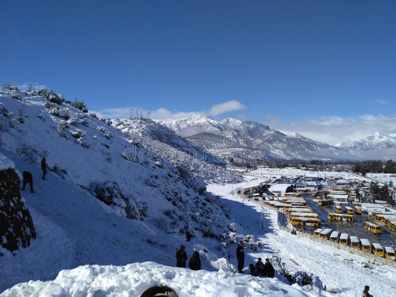 Belle neige sur la colline image stock