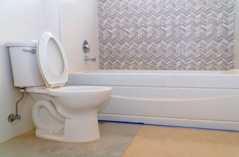 Belle nouvelle salle de bains principale images stock