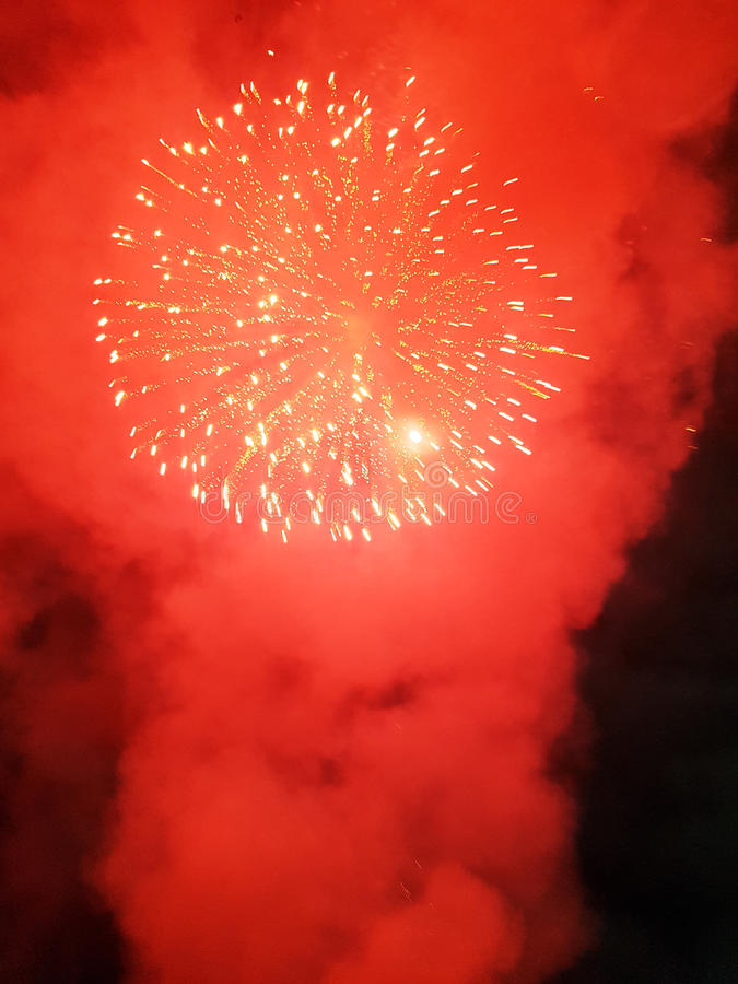 Belle nuit avec des feux d'artifice photo stock