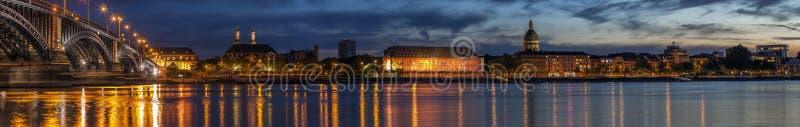 Belle nuit de coucher du soleil au-dessus de la rivière et du vieux pont i du Rhin/Rhein photographie stock libre de droits