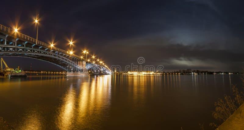 Belle nuit de coucher du soleil au-dessus de la rivière et du vieux pont i du Rhin/Rhein images stock