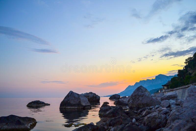Belle nuit et coucher du soleil coloré photographie stock