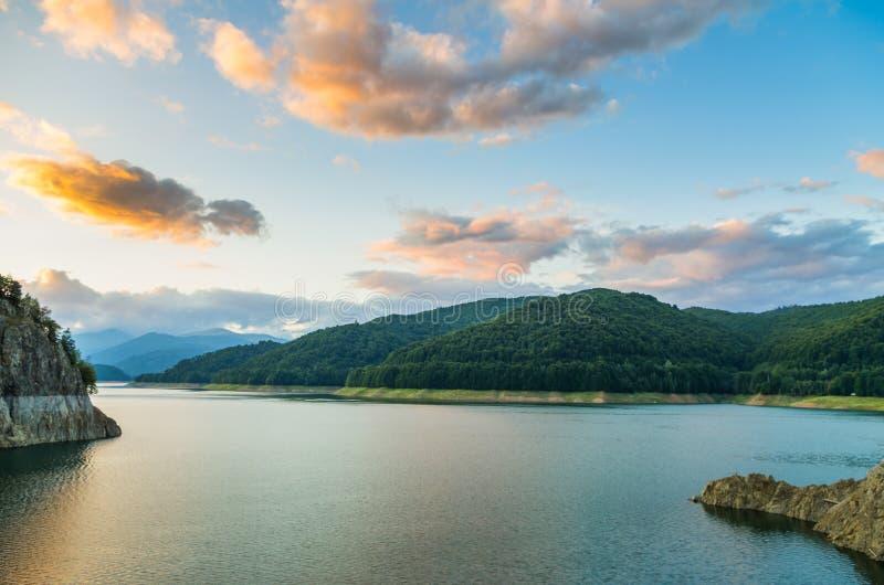 Nuvole e lago della montagna fotografie stock libere da diritti
