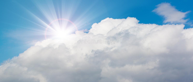 Belle nuvole bianche e fondo luminoso del cielo Panorama fotografie stock libere da diritti