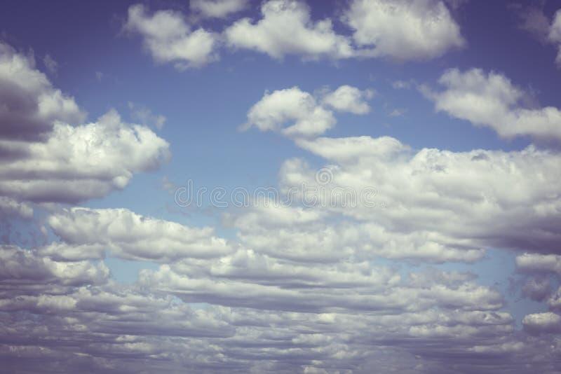 Belle nuvole con il fondo del cielo blu Tempo della natura, cielo blu della nuvola e sole fotografia stock