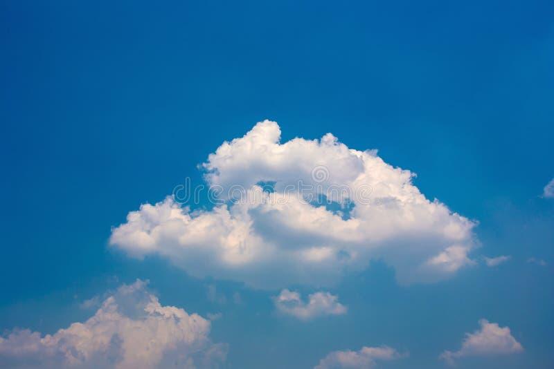 Belle nuvole lanuginose bianche nel cielo blu fotografie stock