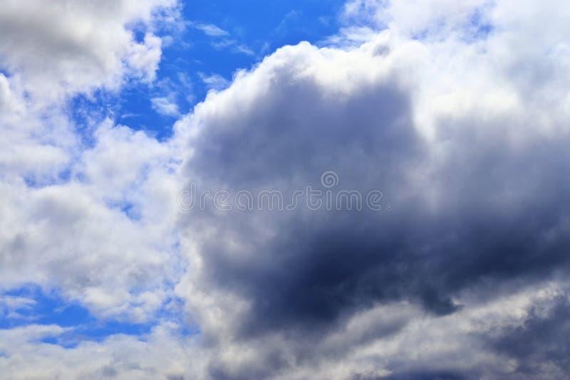 Belle nuvole lanuginose bianche su un cielo blu profondo di estate fotografia stock libera da diritti