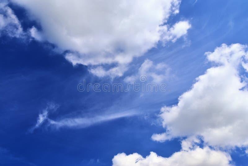 Belle nuvole lanuginose bianche su un cielo blu profondo di estate immagini stock libere da diritti