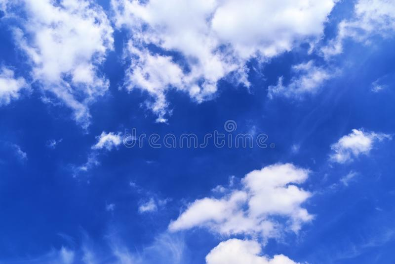Belle nuvole lanuginose bianche su un cielo blu profondo di estate immagine stock libera da diritti