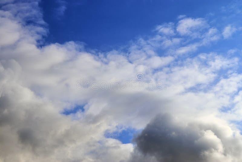 Belle nuvole lanuginose bianche su un cielo blu profondo immagine stock libera da diritti