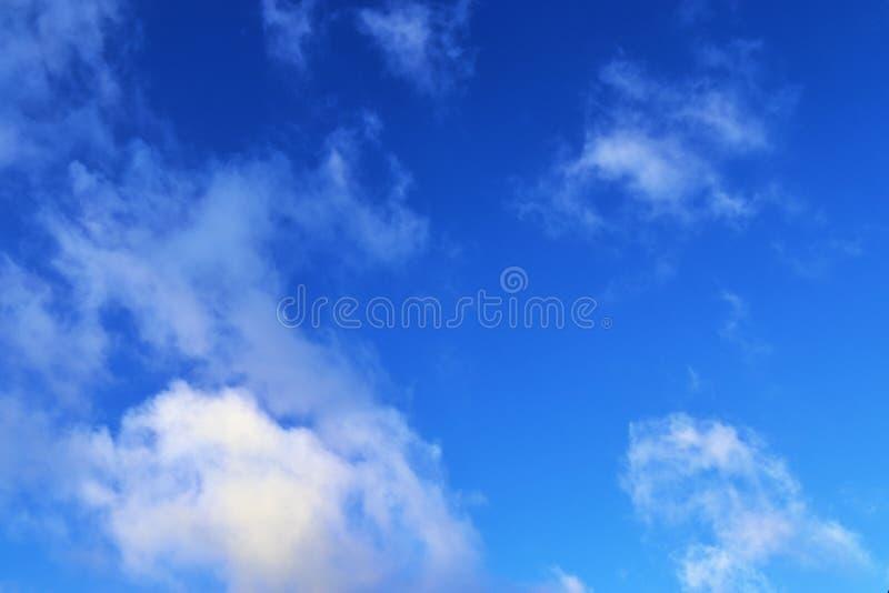 Belle nuvole lanuginose bianche su un cielo blu profondo immagini stock libere da diritti