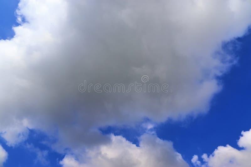 Belle nuvole lanuginose bianche su un cielo blu profondo fotografie stock