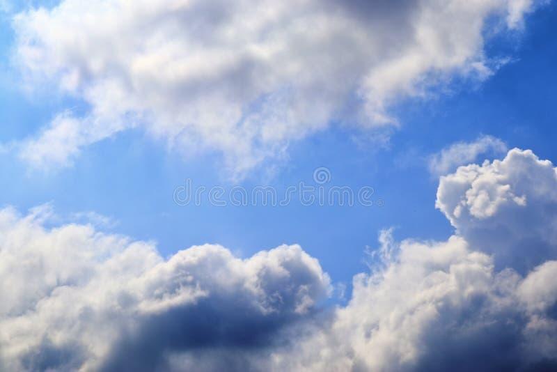 Belle nuvole lanuginose bianche su un cielo blu profondo fotografia stock libera da diritti