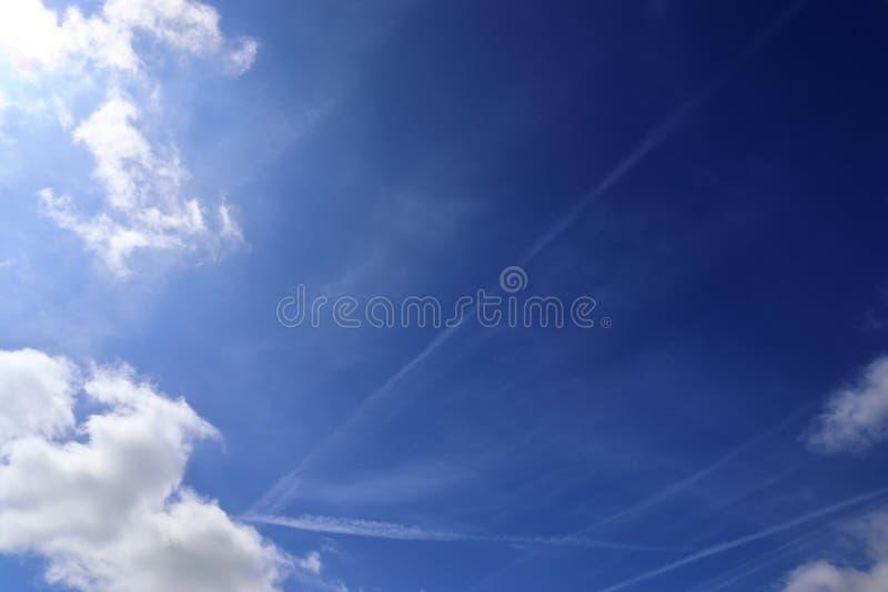 Belle nuvole lanuginose bianche su un cielo blu profondo fotografia stock