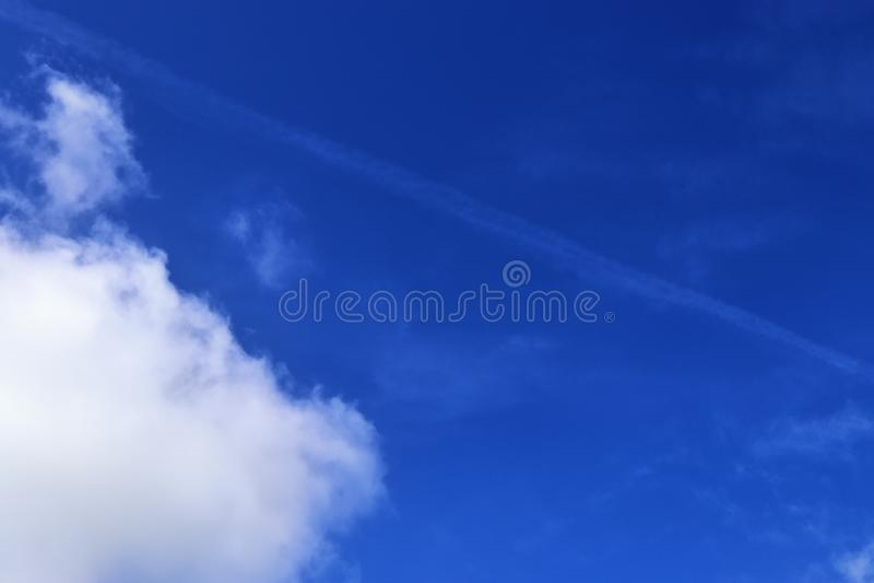 Belle nuvole lanuginose bianche su un cielo blu profondo immagine stock