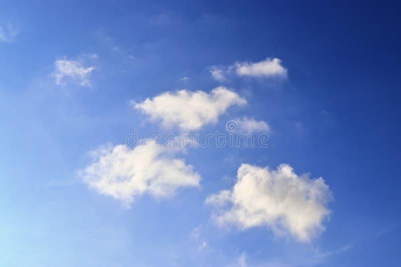 Belle nuvole lanuginose bianche su un cielo blu profondo fotografie stock libere da diritti