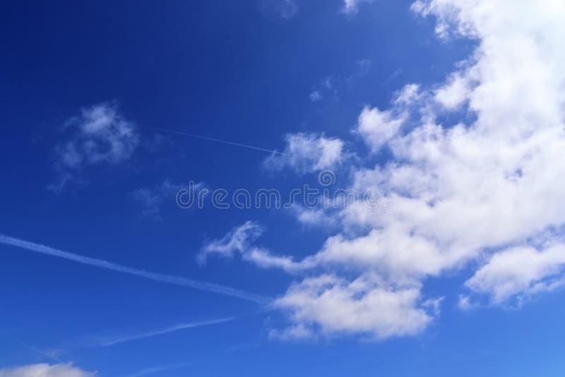 Belle nuvole lanuginose bianche su un cielo blu profondo immagini stock