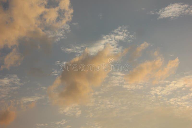 Belle nuvole sotto il cielo immagini stock