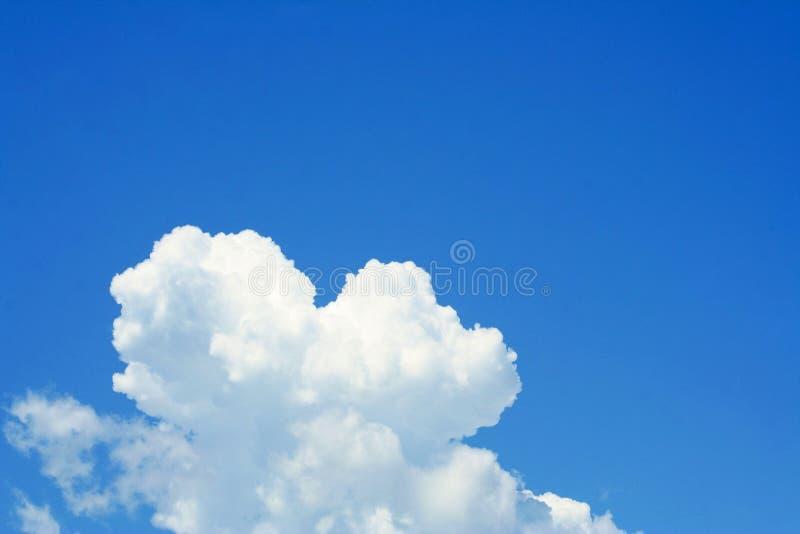Belle nuvole sul chiaro cielo fotografia stock libera da diritti