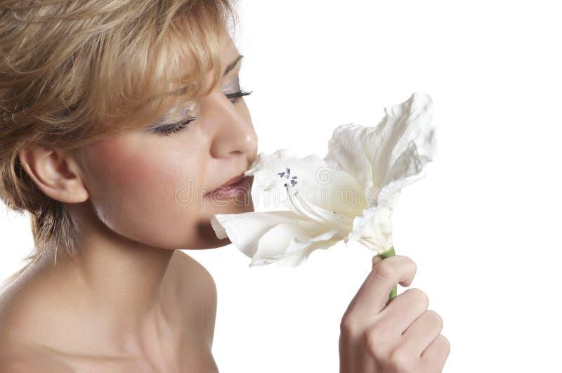 belle odeur proche de fleur à la femme haute image stock