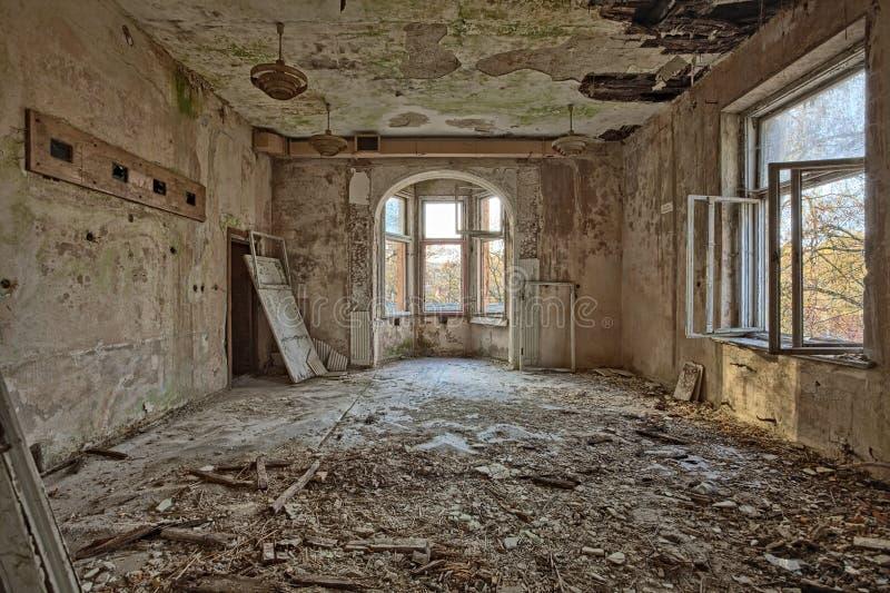 Belle, oubliée et détruite maison photographie stock