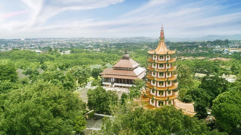 Belle pagoda d'Avalokitesvara sous le ciel bleu images stock