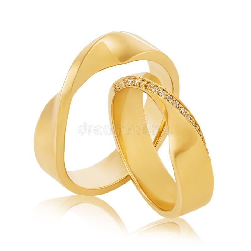 Belle paia delle fedi nuziali in oro giallo con le gemme isolate fotografia stock