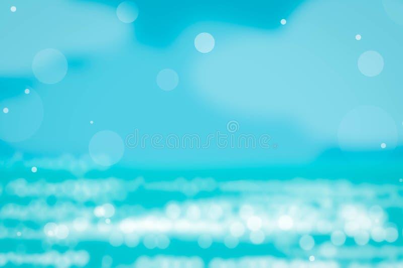 Belle palmette de vert de nature de tache floue sur la plage tropicale avec le fond d'onde lumineuse du soleil de bokeh illustration libre de droits
