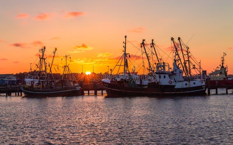 Belle, panoramique vue sur le vieux chalutier de pêche sur le port de Romo Rømø Havn pendant le coucher du soleil Dans les vieu photo stock