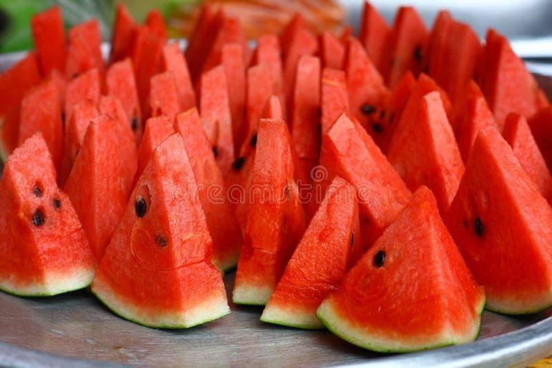 Belle pastèque rouge coupée en tranches du plat images libres de droits