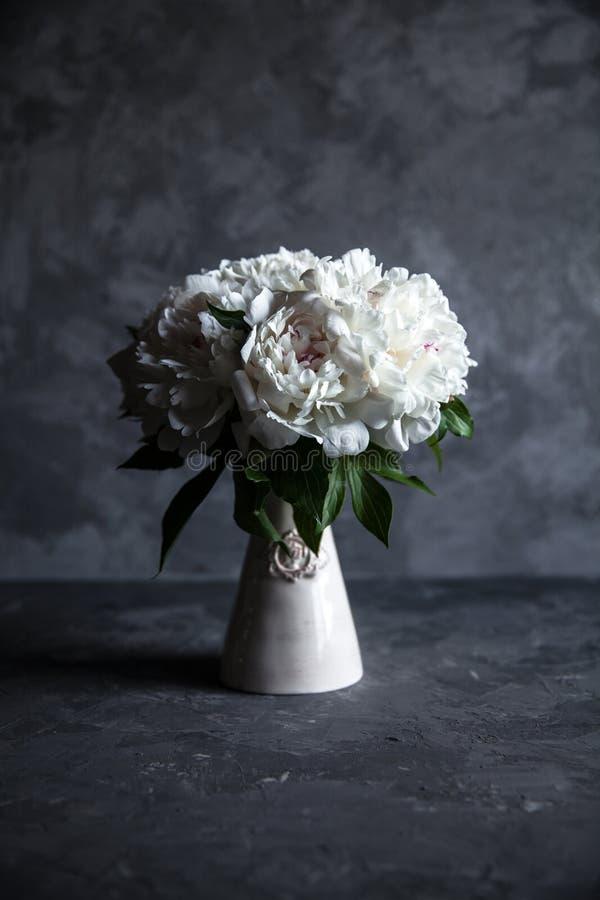 Belle peonie su fondo concreto grigio Nozze, compleanno, San Valentino, regalo fotografia stock libera da diritti