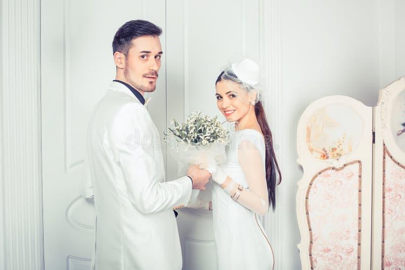 Belle persone appena sposate moderne che esaminano macchina fotografica fotografia stock libera da diritti