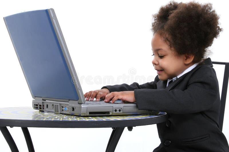 Belle petite femme d'affaires travaillant sur l'ordinateur portatif images stock