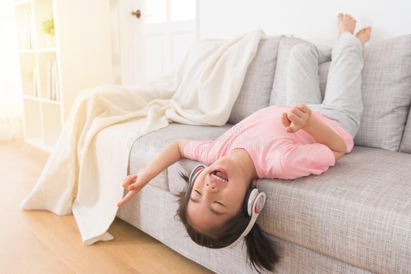 Belle petite fille écoutant la musique image stock