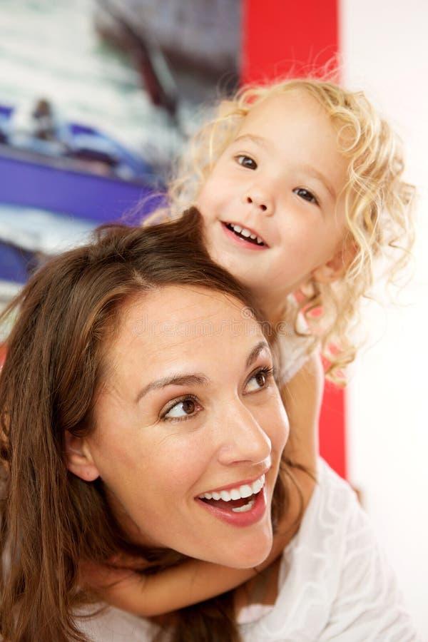 Belle petite fille étreignant sa mère photo libre de droits