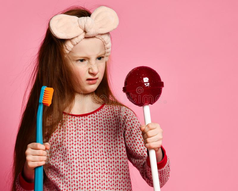 Belle petite fille avec la brosse ? dents et les lolipops doux photos stock