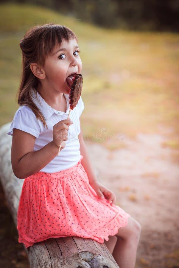 Belle petite fille avec la sucrerie photographie stock libre de droits
