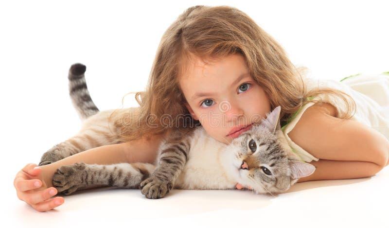 Belle petite fille avec le chat. photographie stock
